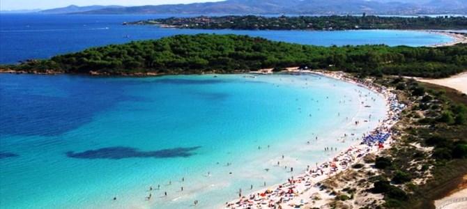 San Teodoro, pláž Cala Brandichi v Itálii.
